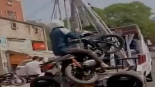 Man-bike-towed-on-bike-Kanpur-Kanpur-Police-Funny-video