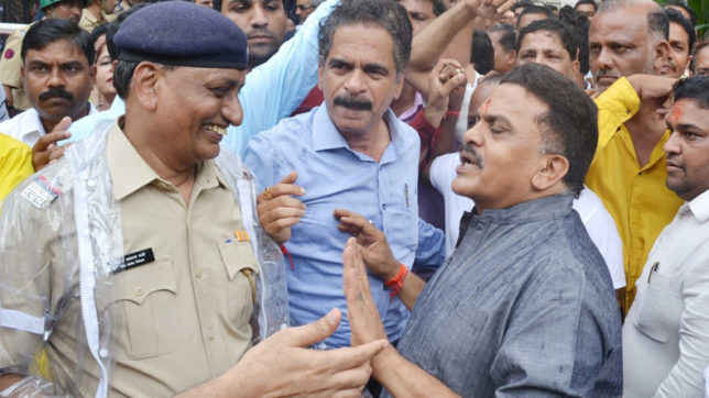 Cops detain, stop Congress leader from meeting Amitabh Bachchan