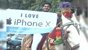 iPhoneX craze hits a new high;  Mumbaikar takes out a grand procession to get his iPhoneX