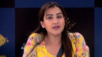 Shilpa doesn't stop and shows Hina the paratha she made for her
