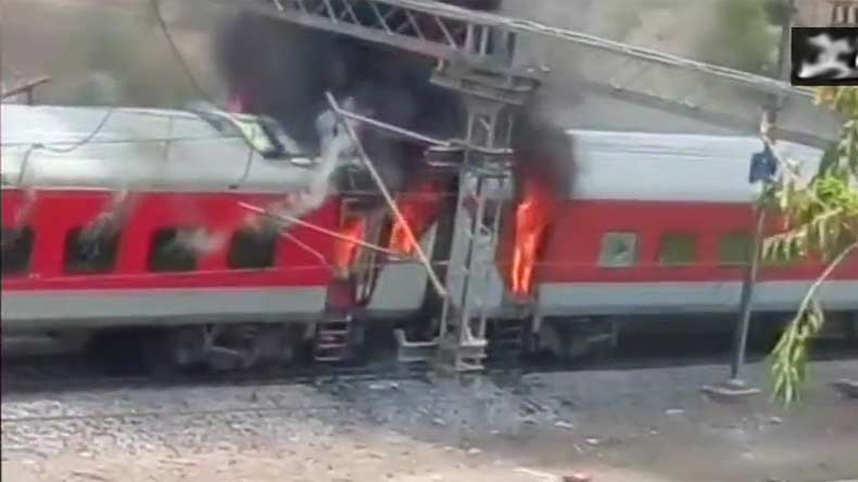 Fire breaks out in Andhra Pradesh Super Fast Express near Gwalior in Madhya Pradesh, no casualties