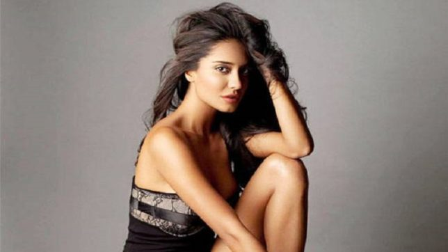 Wow! Lisa Haydon in red bikini is way too classy and we can't avoid to see