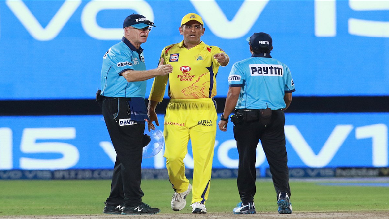 CSK vs RR no-ball controversy video, MS Dhoni gets angry on umpire, Angry MS dhoni on field in csk vs rr match video